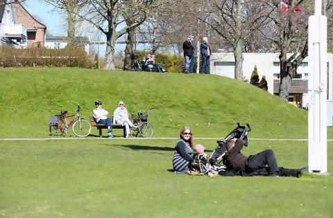 DEILIG DAG: Mange koste seg i solen under årets 1. mai i Fredrikstad. Og resten av uken byr på enda mer sol.