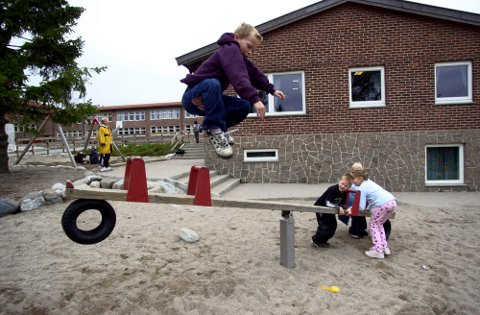 Aktivitetsskolen skal understøtte læringen i skolen og tilby fysisk aktivitet, kulturskoletime, kulturaktiviteter, andre fritidstilbud og leksehjelp, og samtidig gi elevene muligheter til lek mener Hege Dubec og Arbeiderpartiet.