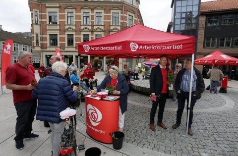 Jon-Ivar Nygård (nummer to fra høyre) og andre Ap-medlemmer fotografert under stortingsvalgkampen i 2017. Lørdag er Nygård i gang igjen sammen med partifellene – denne gangen som stortingskandidat.