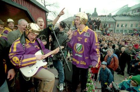 STERKT MINNE: SM-gullet med Färjestad og den påfølgende feiringen på torvet i Karlstad trekker Trond Magnussen fram som det sterkeste minnet fra egen karriere.