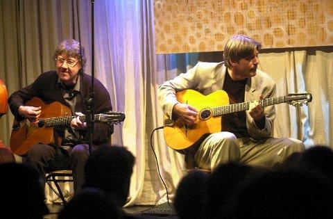 Hot Club og gitarist Jon Larsen (til h.) fra sist de var i Fredrikstad,  på Teglhuset i Gamlebyen.