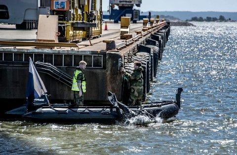 FORBEREDER STORINNRYKK: Dykkere fra HV var fredag i akjson ved Borg Havn. Formålet var å klargjøre området for en gigantisk NATO-øvelse til høsten.
