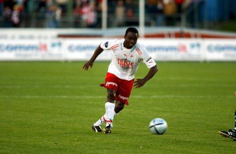 2004: FFK spilte på Nadderud mot Stabæk og det endte 1-1. Her setter Brian West inn FFKs ledermål etter ti minutter spill.