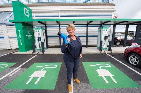 Hurtiglading: Senterleder Anne Vik mener det er et konkurransefortrinn å kunne tilby kundene lading av elbilen mens de handler i senteret