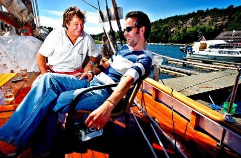 JULI .2004: Arrangørene Henning Forsberg (t.v.) og Ari Behn er klare for åpningen av festivalen «Føling i fjæra» på Hankø i Onsøy. (Arkivfoto: Jørgen Braastad)