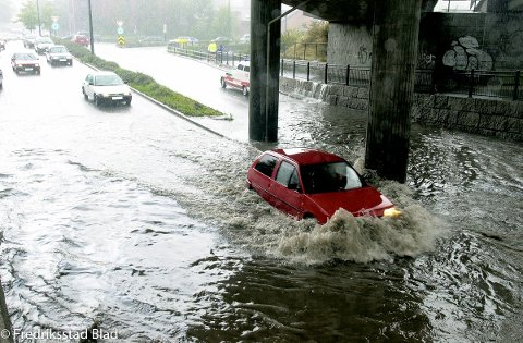 EKSTREMT: I 2002 falt opptil 70 mm nedbør på fem timer i Fredrikstad. En personbil forsøker her å komme seg gjennom undergangen ved St. Croix-krysset.