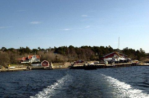 Søndre Sandøy ligger en kort båtreise fra Skjærhalden.  Øya har 90 fastboende, men om sommeren er det hyttefolket som dominerer.  Den omstridte veien ligger lenger inn på øya.