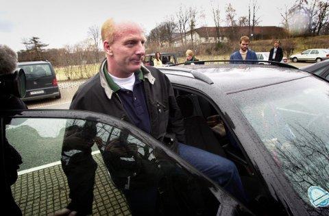 OSLO 20010429: Orderud-saken: Tiltalte Lars Grønnerød, som til nå har nektet fotografering, holdt egen pressekonferanse utenfor sin bolig på Frogner i Oslo søndag. Her på vei inn i en bil.   Foto: Tor Richardsen / SCANPIX