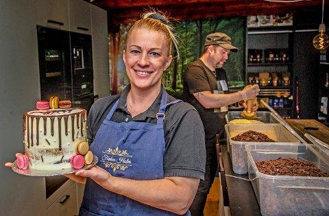 EKTEPAR OG TEAM: Elisabeth og Jonas Groth i kjøkkenet i Mørchegården på Trosvikstranda. Mens Elisabeth pønsker ut nye oppskrifter på konfekt og kaker, tar Jonas seg av stort sett alt det administrative.