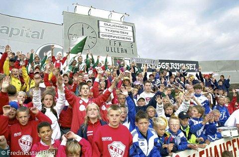 Fotball, 2. divisjon menn: FFK-Ullern 3-3 på Fredrikstad stadion: De 500 representantene fra samarbeidsklubbene i Byprosjektet lagde en fargerik og trivelig atmosfære på tribunen sm.m supporter-klubben Plankehaugen.  Fotograf: Erik Hagen TattDato: 20000820