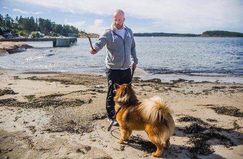 """Eirik Haugdal og hunden """"Vrang"""" på lufetur på Engelsviken."""