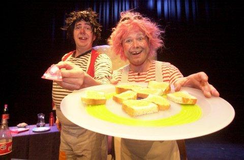 """Teatergruppen Gloupers setter opp teaterstykket """"Karius & Baktus"""": Hans-Petter Thøgersen (t.v) og Ole Herman Lundberg serverer loff med sirup.  Foto: Lasse Eriksson, 22.03.2001"""