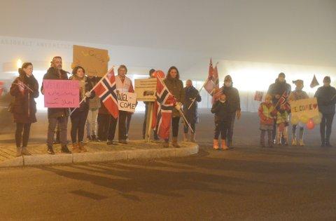 MØTTE OPP: Flere representanter fra SV og frivillige møtte opp onsdag kveld for å ønske de syriske asylsøkerne fra Moria-leiren velkommen til Råde og Norge.