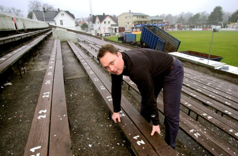 HISTORIE: FFK fjernet de gamle benkene på Fredrikstad stadion ettersom NFF krevde seter med ryggstøtte på kamper i tippeligaen: Anleggsansvarlig Bjørn Bagstevold gav bort benkene gratis til interesserte.