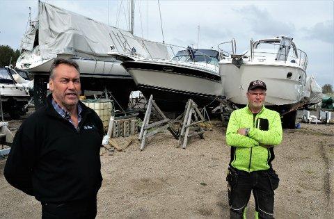 Råde kan få et nytt boligområde like ved fjorden.  På bildet Terje D. Andersen i Råde Graveservice Eiendom (til venstre) og Rune Bjerke som driver Råde Båtservice.  Området skal fortsatt ha plass til marina.