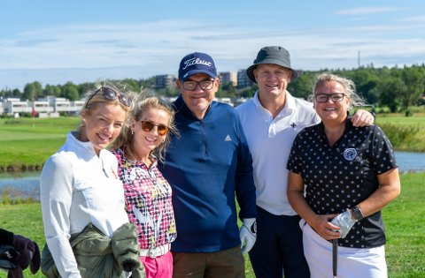FFK-spiller og klubbens daglige leder Benedicte Frøland Nesdal (til venstre) hygget seg på golfbanen. Her sammen med Hege Skjellstad, Vegard Skjellstad, Trond Magnussen og Cathrine Laursen.