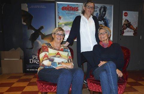 Godt samarbeid: Anne-Lise Christensen (tv) og Guri Indregard i Narvik demensforening er glad for at kinosjef René Bjørstad sa ja til å stille kinoen til disposisjon under demensaksjonen i neste uke.foto: jan erik teigen