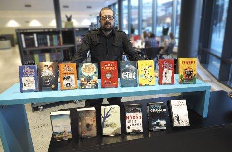Bøker: Dette er de bøkene som flest lånte på Narvik bibliotek i 2017, forteller Øyvind Gjerløw.  Foto: Ann-Kristin Hanssen