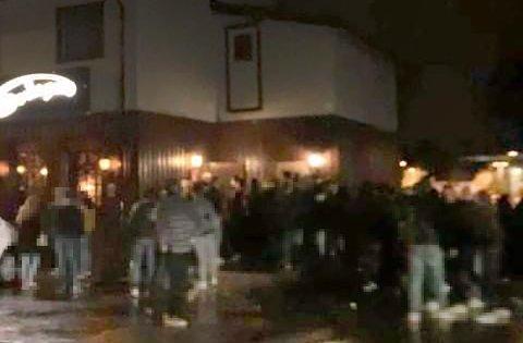 Her står feststemte mennesker tett i tett utenfor Svingen pub. Foto: Nordlys-tipser
