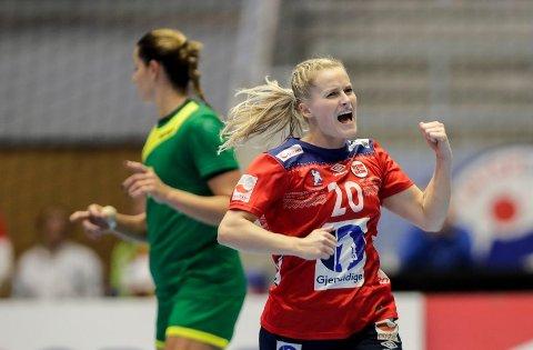 JUBEL: Marit Røsberg Jacobsen jubler for seier, men ble for det meste sittende på benken da Norge slo Romania 28–20 mandag kveld.