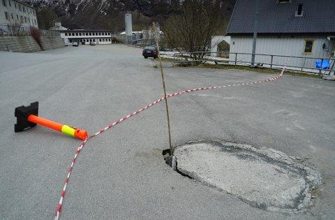 STENGT: Deler av parkeringsplassen på Øra måtte stenges og sikres på grunn av dette hullet.