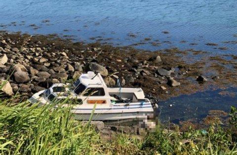 LILAND: Dette kan være båten som ble meldt stjålet fra Ankenes torsdag. Personen på bildet er anonymisert.