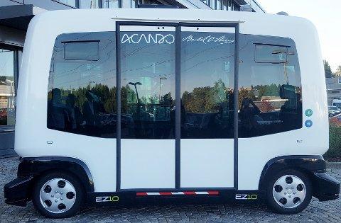 LIK: Den selvkjørende busen er lik foran og bak. Maksfarten er 40 kilometer i timen.