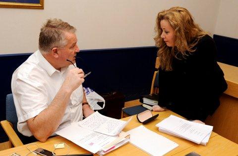 AKSEPT: Unni Fries, her avbildet med statsadvokat Kjetil Omholt, regner med at dommen blir godtatt av hennes klient. Bildet er tatt i forbindelse med tidligere rettssak mot hortensmannen.