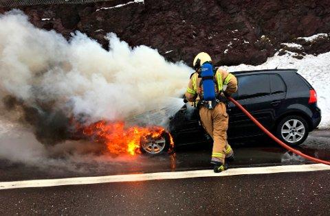 SLOKKET: Brannvesenet var raskt på pletten da en bil begynte å brenne i nordgående løp av Hemtunnelen på E-18.