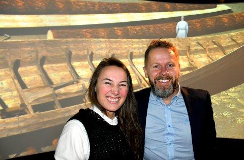 VISER FILM: Som bildet avslører er Maren Wegge og Torgeir Lorentzen kjempefornøyde om dagen. Det er fordi de kan la 100 publikummere få se to Vikingane-episoder før alle andre.