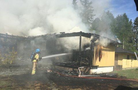 TOTALSKADD: Eneboligen er totalskadd etter brannen.