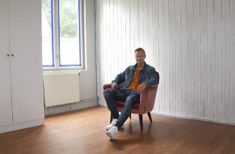 I fars fotspor: Didrik Borten i en av de fire hyblene som snart er klare. Han startet sitt eget eiendomsselskap DB eiendom i februar, og første prosjekt er hybler i Skyrudgården. Fire hybler skal stå ferdige til skolestart.bilder: kari gjerstadberget