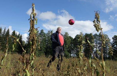 ÅPLØST: – Skal man være ute på banen med fotball, må den i alle fall holdes i lufta, sier Kjell Ivar Berget. Som man ser er ugraset flere steder høyt.