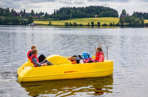 Ekspedisjon: Tre ungdommer skal tråkke Mjøsa på langs i pedalbåt, her på vei fra Moelv mot startstedet i Lillehammer.