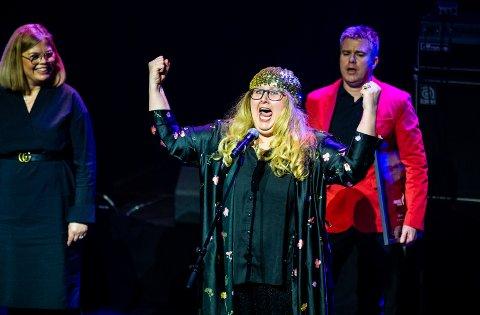 Det var en glad Anne Mari Skjærvik som mottok arrangementsprisen på vegne av Dølajazz. Skjærvik tok på seg en gull-lue for anledningen.