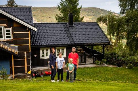 Hele familien med Aud Irene Larsen (38), Amund Larsen Høglien (11), Mattis Larsen Høglien (6) og Anders Høglien (39) foran småbruket på Fåberg.