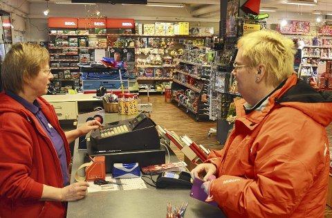 KUNDE: Natasha Edvardsen har tatt turen fra Roa for å handle fargepenner av Anne Wenke Lynne.