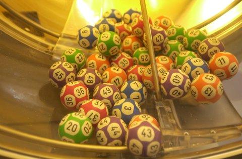 HAMAR 20011001: Lotto , Norsk Tipping. Denne maskinen foretar ukens vikinglotto-trekning. Ballene ruller rundt og rundt  - og kanskje har du vinnerlykke denne gang ?  Foto: Cornelius Poppe