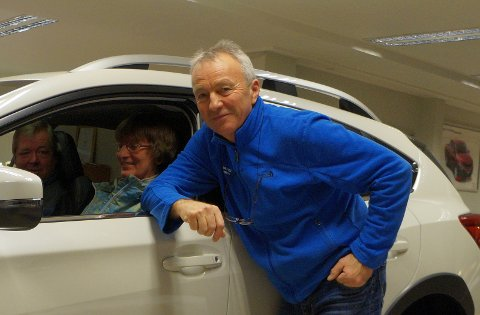STILL GOING: Salgssjef og bilselger i mer enn 40 år på Hadeland, Svein Ivar Hagen blir 67 år i november. Her i prat med Subaru-eierne og samboerparet Gunhild Ensrud og Geir Blisten.