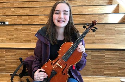SATSER PÅ MUSIKKLINJA: Maren Haugen fra Jaren håper å begynne på musikklinja på Hadeland videregående skole fra høsten. Der vil hovedinstrumentet være bratsj.