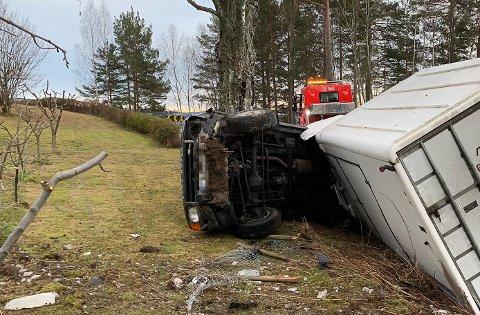 I GRØFTA: DEt gikk bra med bilføreren, som måtte ha hjelp av bergingsbil da bil og henger havnet i grøfta.