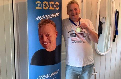 PALLPLASS: Stein Arne Myrdal fikk både plakat og medalje. Han kom på pallen i sin kategorien, men det var kun vinneren som ble plassert. Derfor vet han ikke om han ble nummer to eller tre.