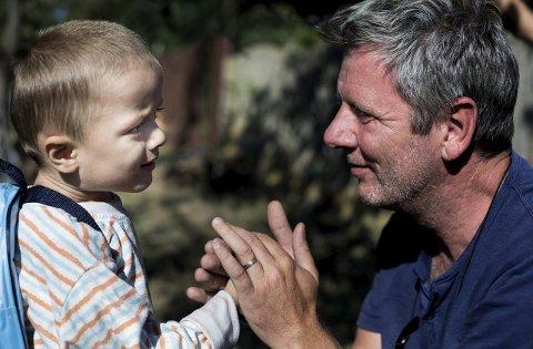 KONTAKT: – Dette bildet av Tom og barnet, og den kontakten det formidler er H2H i et nøtteskall for meg, sa filmskaper Kristine Flyvholm etter samarbeidet med organisasjonen i 2016.