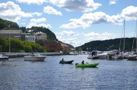 BÅTLIV: Det er duket for både båtliv og badeliv i Halden denne uka.