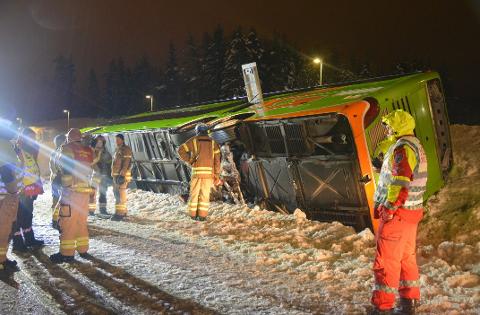 VELTET: Bussen veltet på strekningen mellom Sletta og Norgesporten bru. (Foto: Glenn Thomas Nilsen)