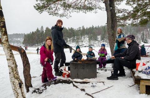ÅRSDAG: Dette bildet er tatt for nøyaktig ett år siden i 2018. Da nøt familiene Bjørke og Kopperud en deilig vinterdag med bål utenfor Ormtjernhytta. I fjor var det betraktelig mer snø og vinter enn det er i Halden i disse dager. Fra venstre på bildet med alder anno 2018: Åsne November Bjørke (6), Christian Nicolai Bjørke, Sigurd Kopperud (7,5), Even Nicolai Bjørke(3), Runa Wilhelmine Bjørke (5), Anne Lene Bjørke og Lars Kopperud.