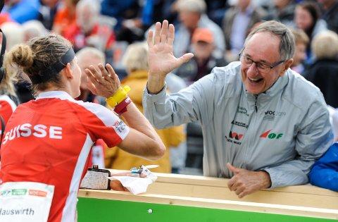 Vidar Backstrøm har all grunn til å ta high five. Her med HSKs Sabine Hauswirth under VM.