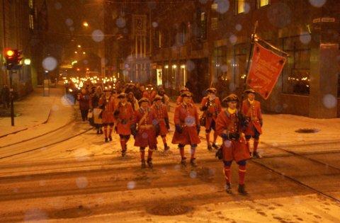 PROTESTMARSJ: Her marsjerer Fredriksten Artillerie Compagnie for Divisjonsmusikken gjennom Oslos gater i 2002. De smalt av noen salver og kruttrøyken fikk brannalarmer til å gå på flere magasiner på Karl Johan.