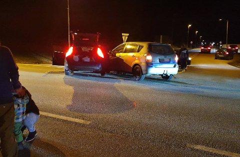 Det var lørdag kveld ulykken inntraff. Tre biler skal være innblandet.