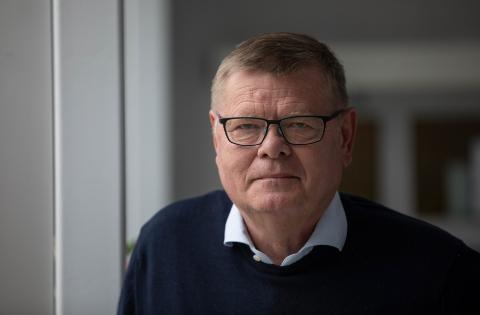 ERFAREN MIKROBIOLOG: Ørjan Olsvik har nærmere 40 års erfaring med ulike epidemier omkring i verden. – Sannsynligvis har hun hatt en smitte tidligere, og har nå en naturlig motstand mot viruset, sier han om tilfellet til Sofie Alexandra Kitterød.